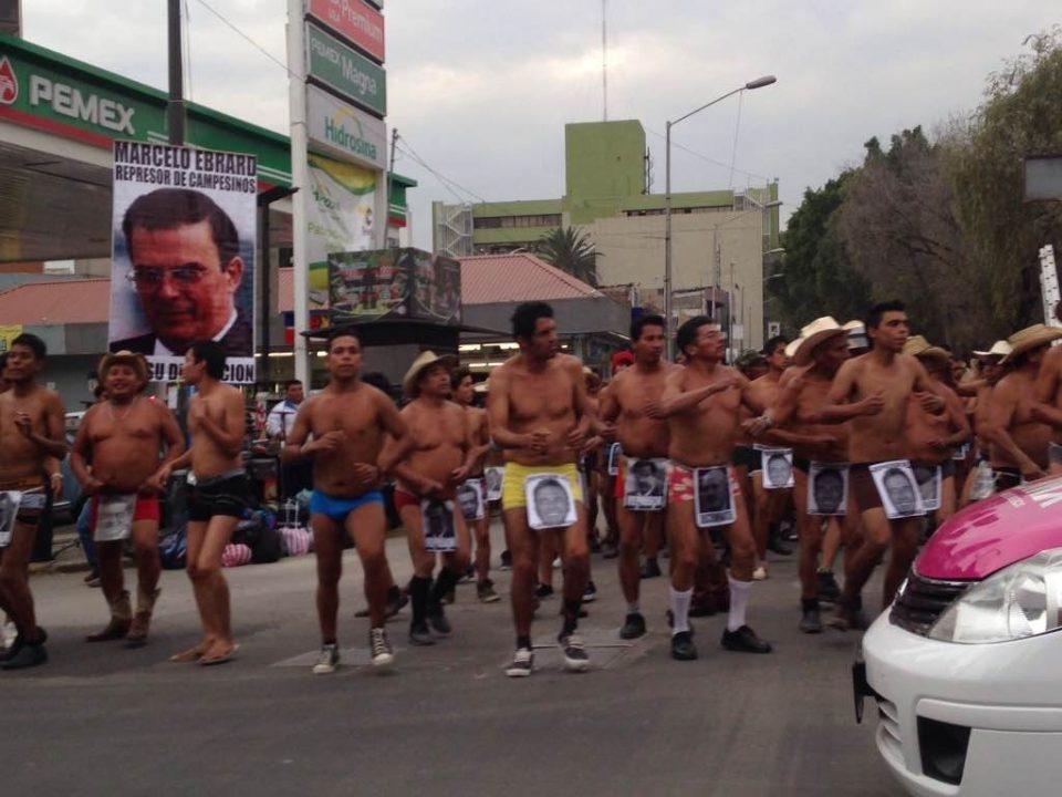 Protestan integrantes de los 400 Pueblos en sede del PAN