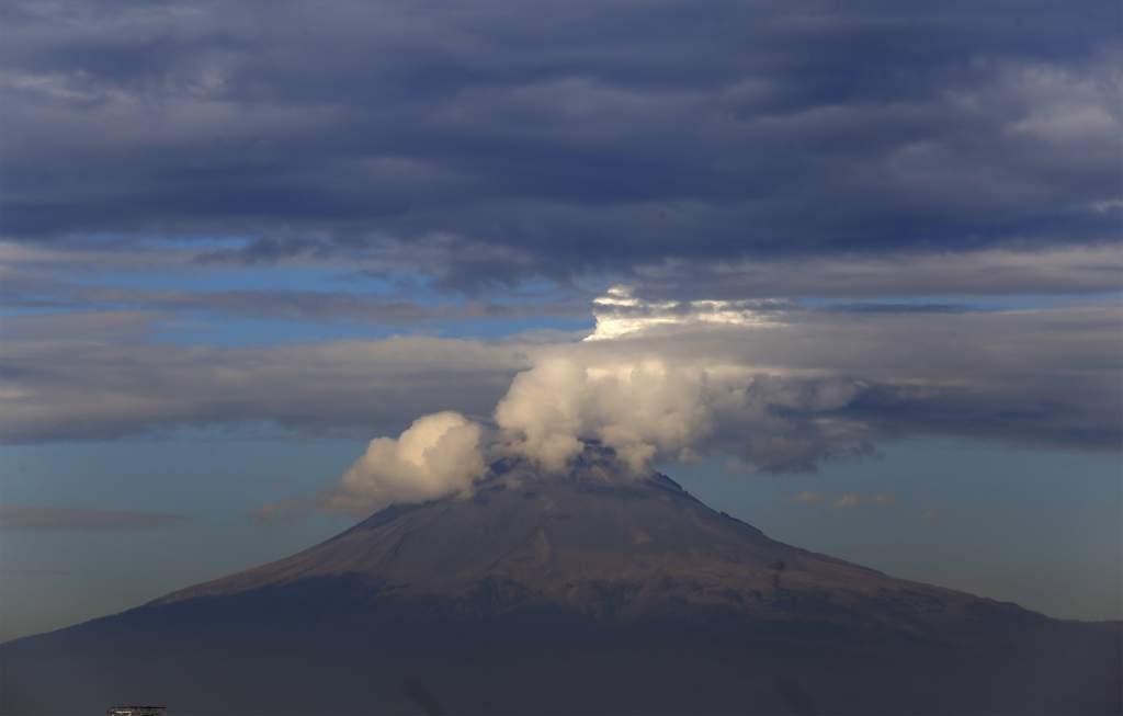 Volcán Popocatépetl emite exhalación